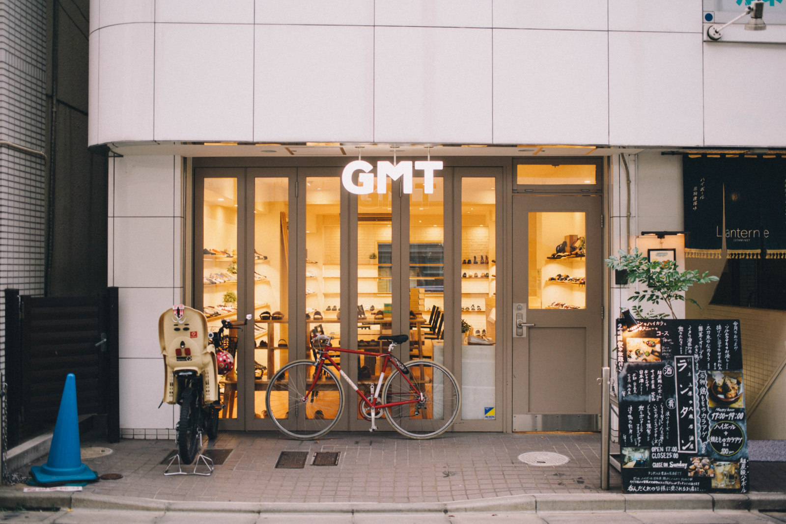 1994年に、代々木上原で生まれ育った横瀬秀明さんが靴の卸をメインに立ち上げた〈GMT〉
