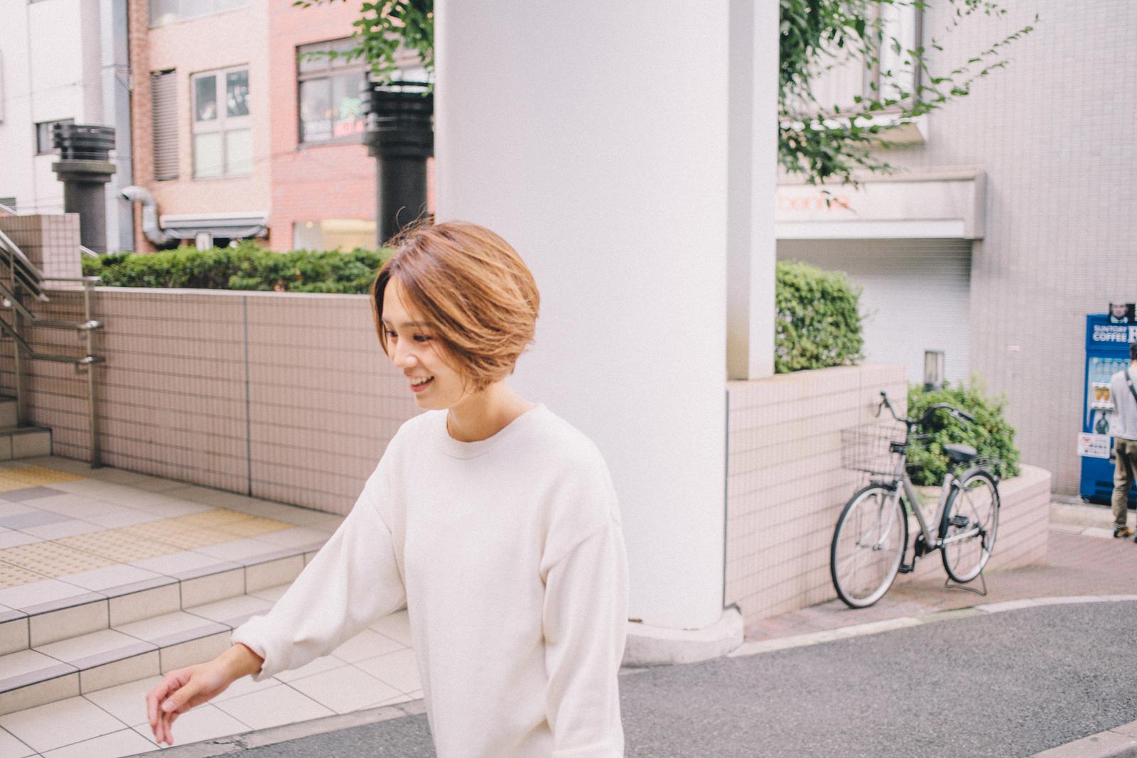 代々木上原の街を歩く和田明日香さん