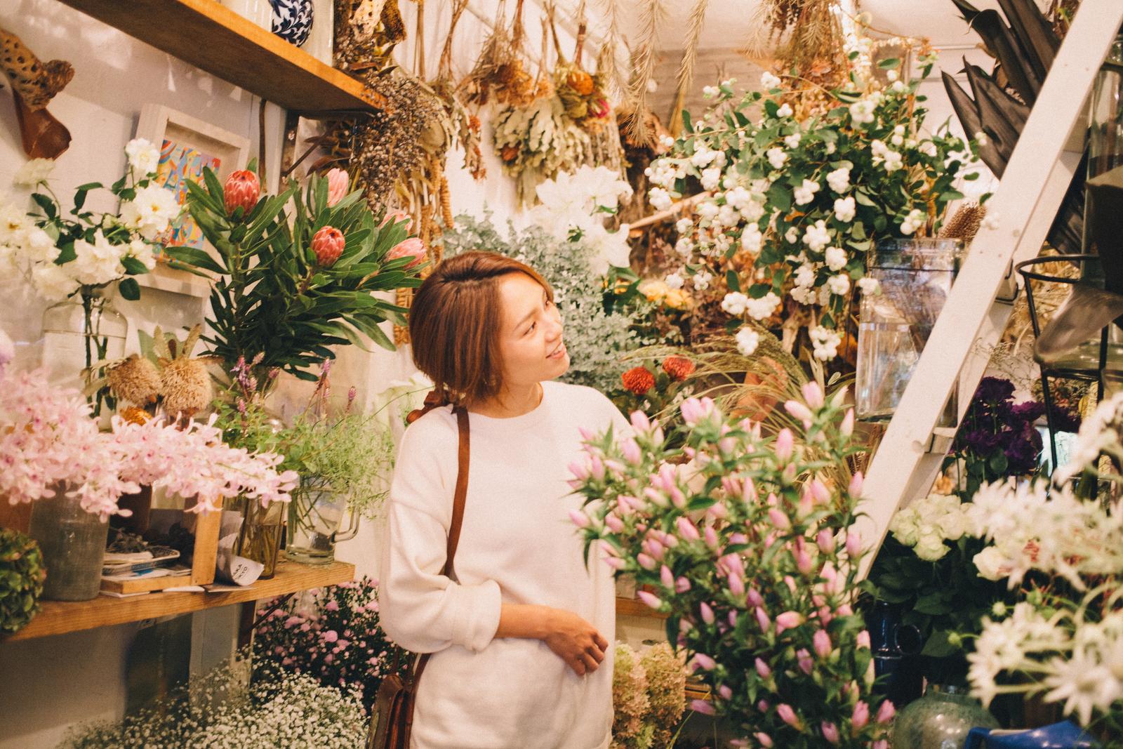 代々木上原の花屋 ムギハナ 店内で花を眺める 和田明日香さん