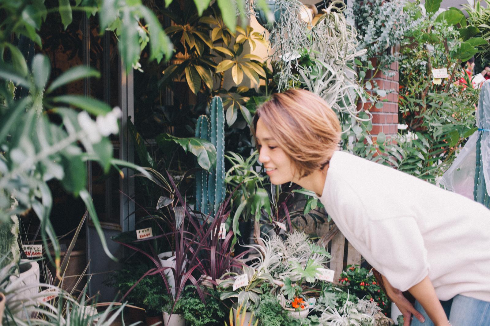 代々木上原の花屋 ムギハナの前で植物を眺める 和田明日香さん