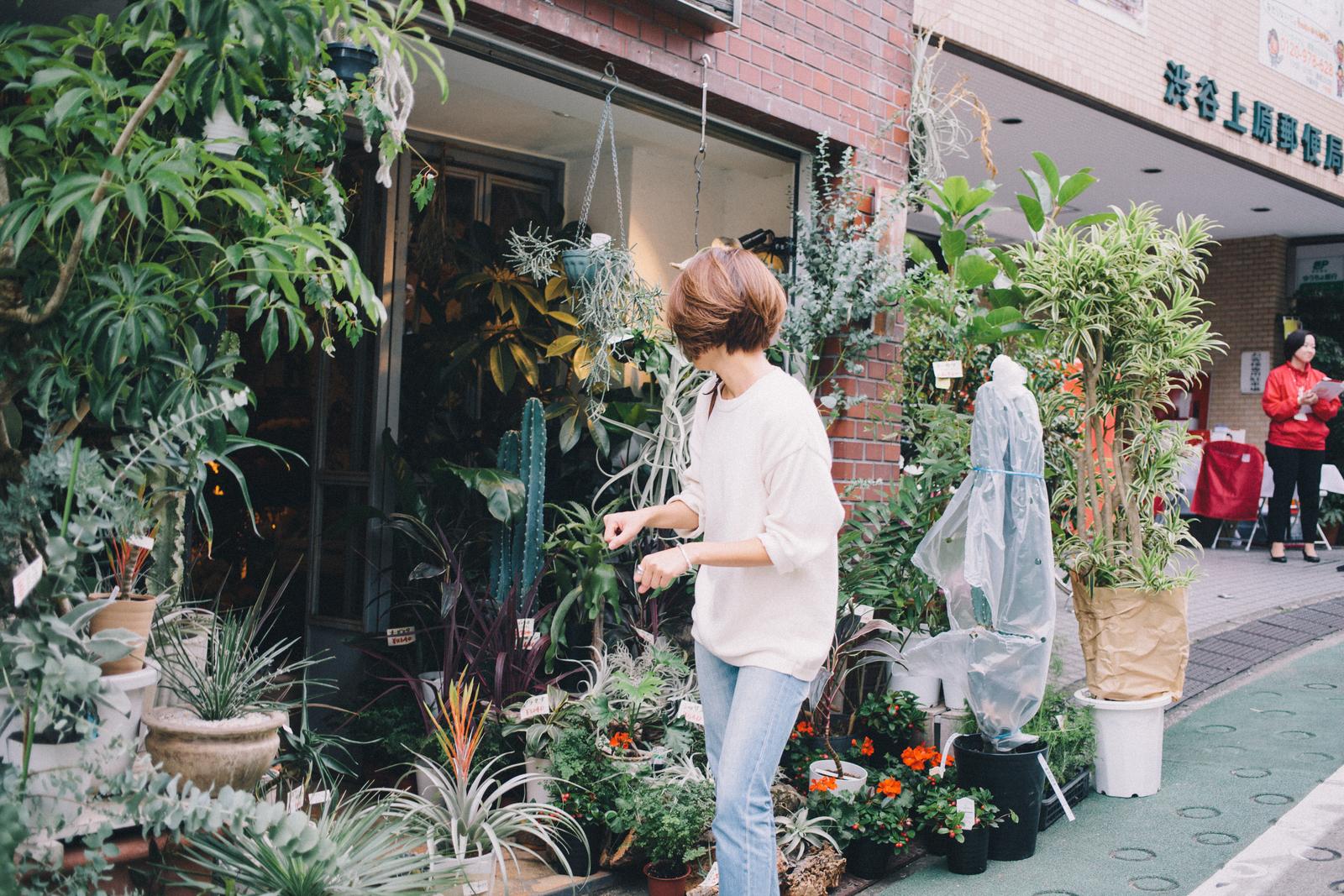 代々木上原の花屋 ムギハナの前にいる和田明日香さん
