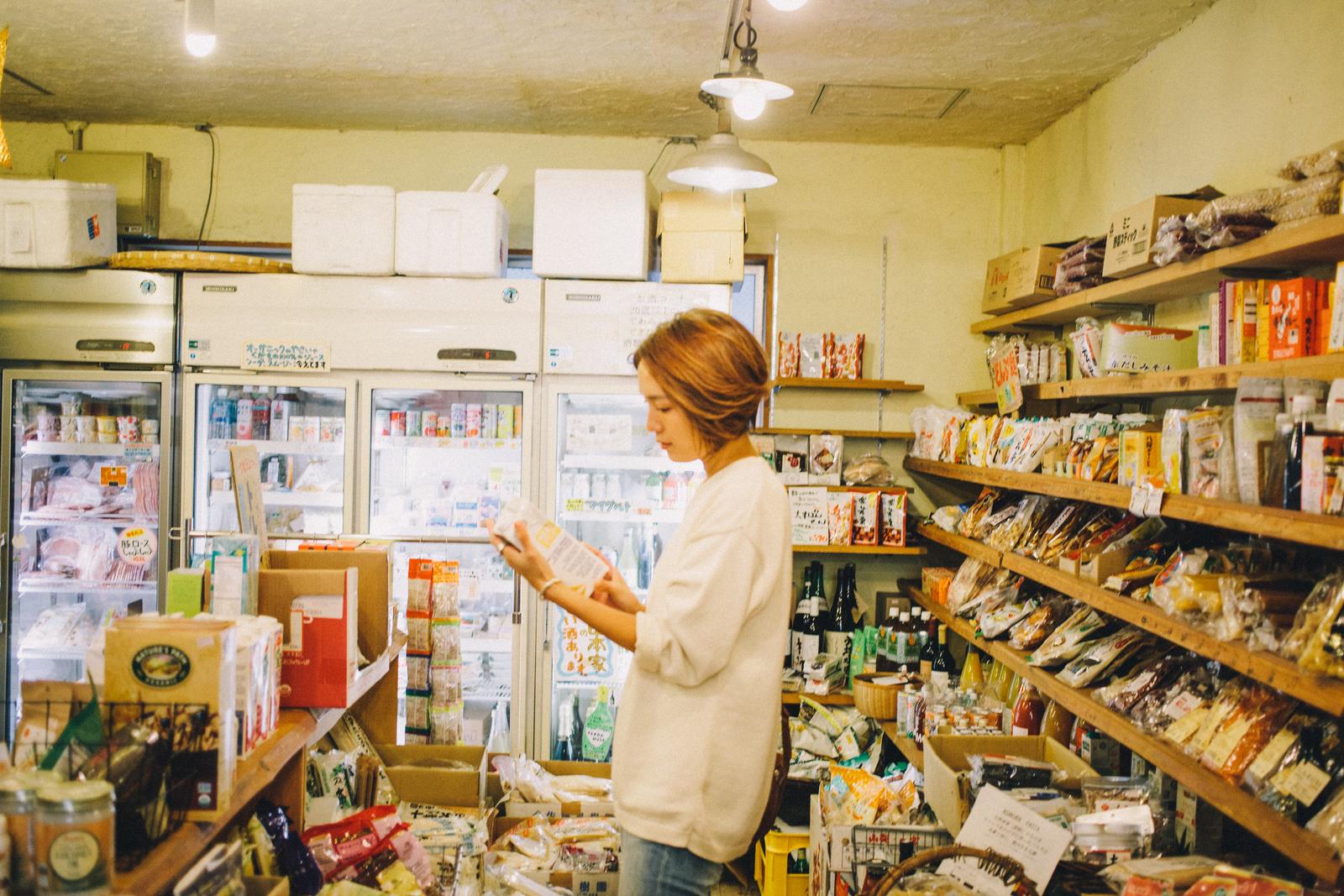 オーガニックフードショップ GAIA 代々木上原店 店内で商品を選ぶ和田明日香さん