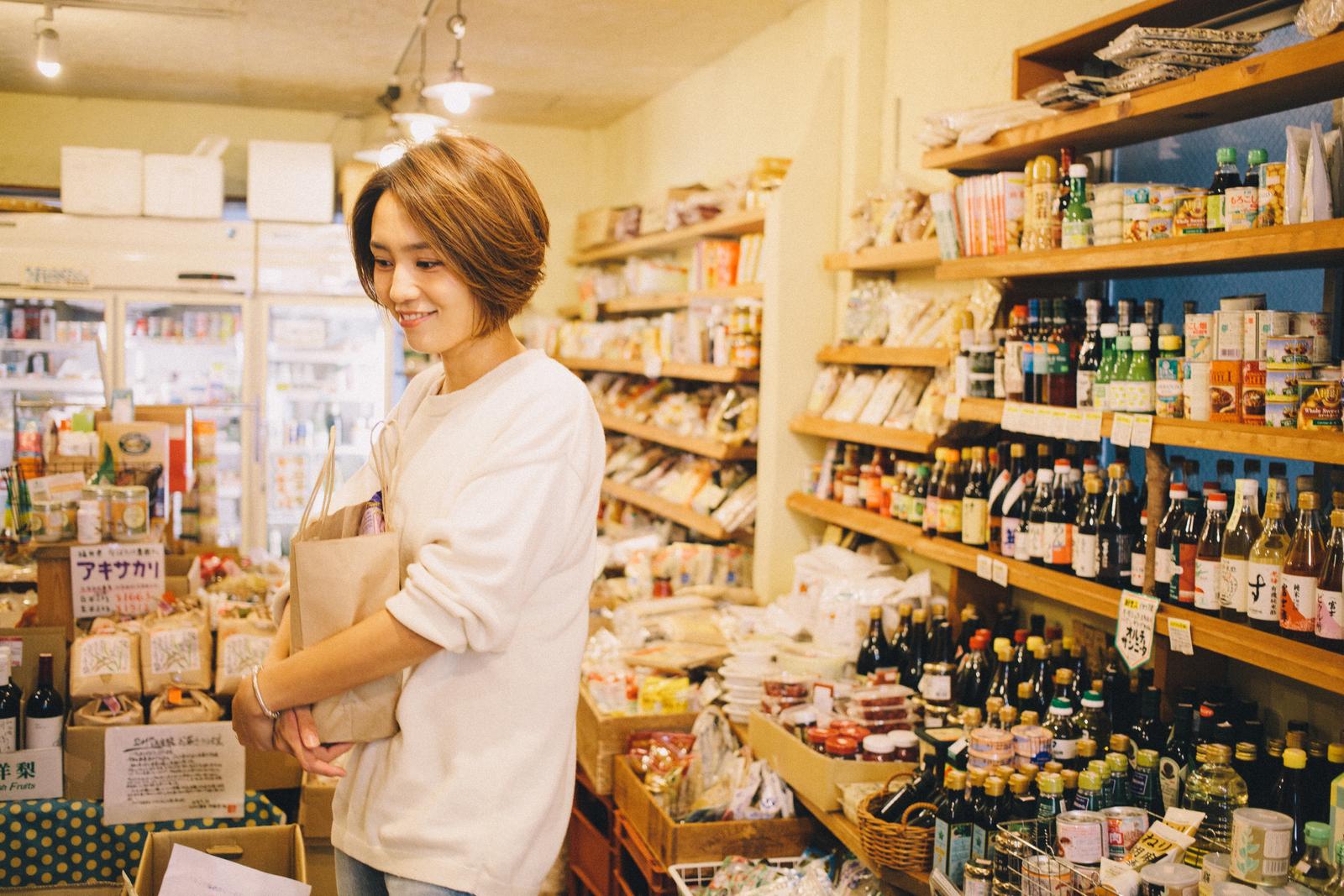 オーガニックフードショップ GAIA 代々木上原店 で買い物をする和田明日香さん