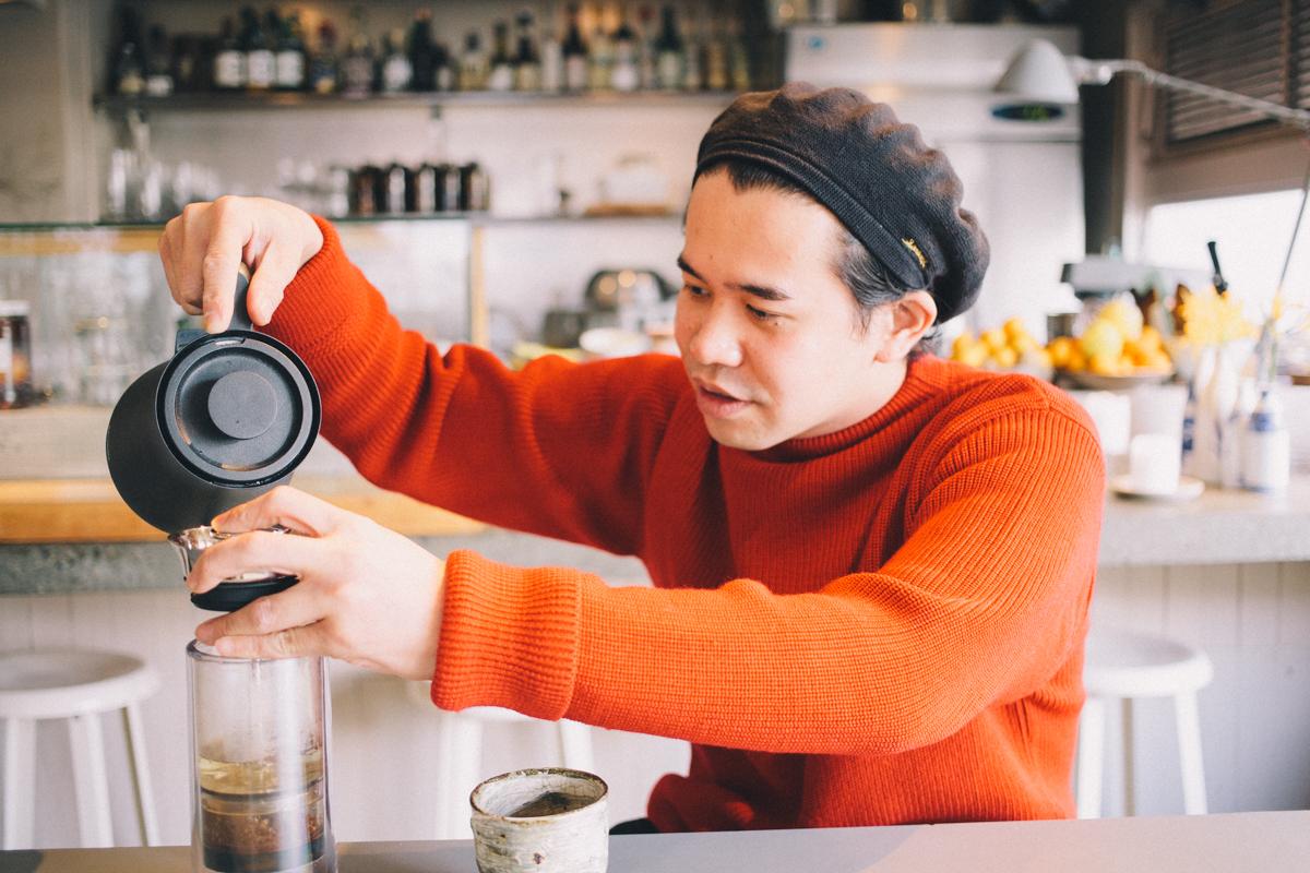 フレンチプレスでコーヒーを淹れてくれる 代々木上原 AELUオーナー丸山 智博さん