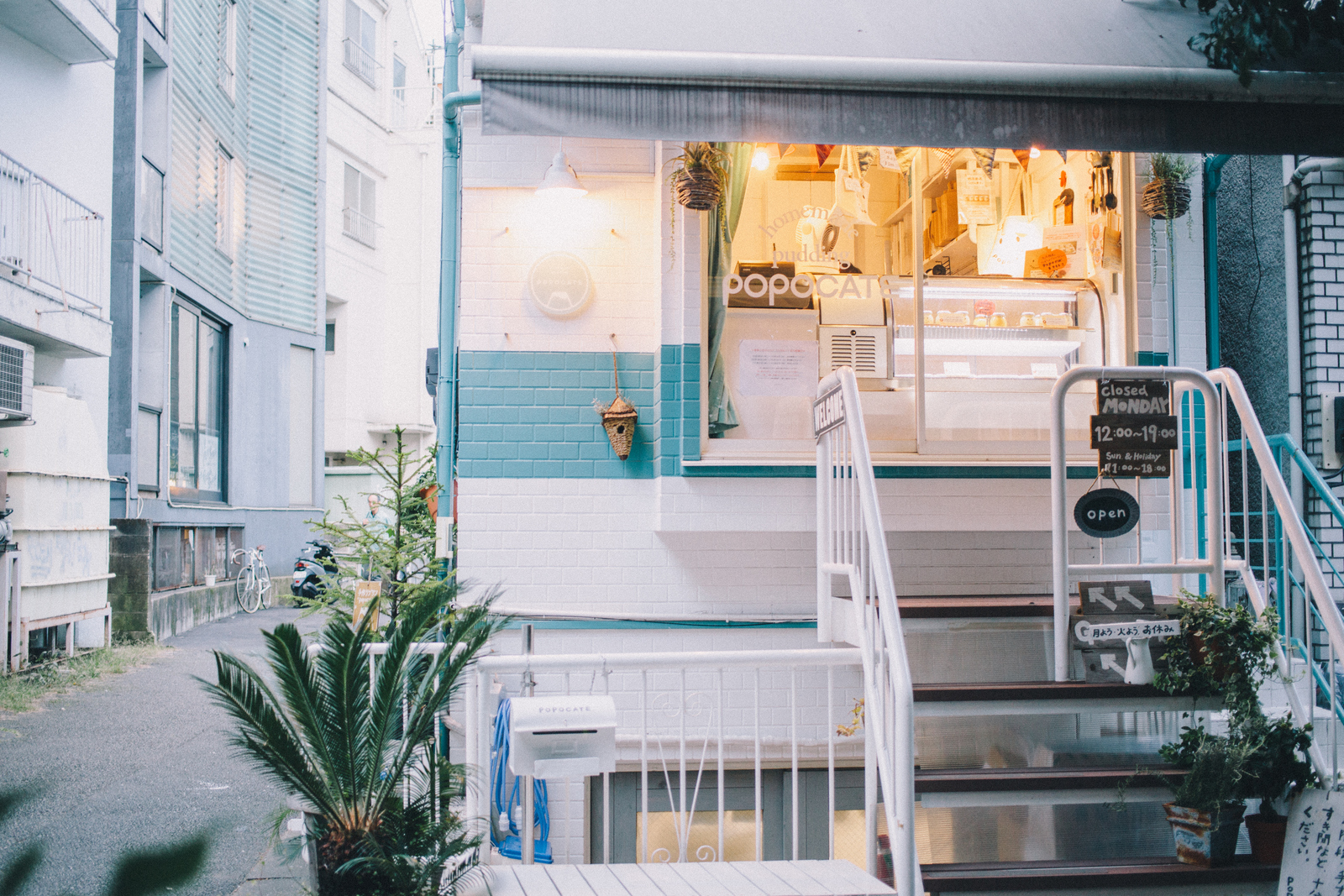 プリン好きが集ってできた、手作りプリンの専門店「POPOCATE」 ベンチ